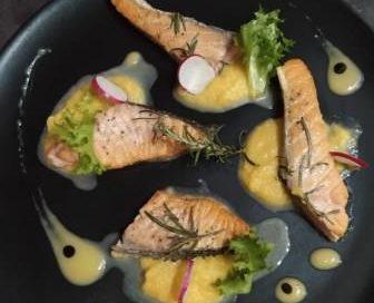 Salmone aromatizzato al rosmarino con zucca e salsa al limone